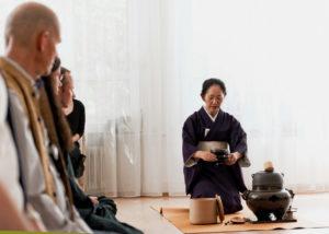 Japanische Tee-Zeremonie, aufstehen mit der Tasse