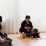 Japanische Tee-Zeremonie, hingebungsvolle Aufmerksamkeit