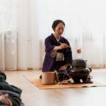 Japanische Tee-Zeremonie, konzentriertes Schöpfen